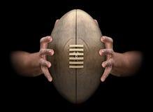Mani che afferrano la palla di rugby illustrazione di stock