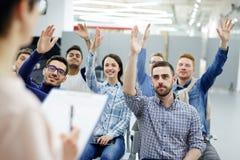 mani che alzano gli allievi Immagine Stock