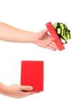 Mani che aprono il contenitore di regalo. Fotografia Stock Libera da Diritti