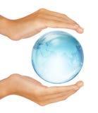Mani che conservano il globo mezzo della terra isolato Fotografia Stock Libera da Diritti