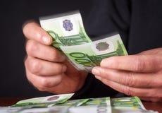 Mani che contano soldi Immagine Stock
