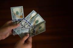 Mani che contano soldi fotografia stock