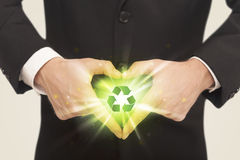 Mani che creano una forma con il riciclaggio del segno Immagini Stock Libere da Diritti