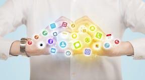 Mani che creano una forma con le icone mobili di app Fotografia Stock