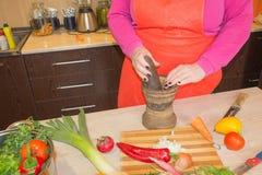 Mani che cucinano in alimento sano della cucina a casa Cuoco unico Woman Cooking nella cucina Fotografie Stock