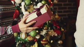Mani che danno e che ricevono il contenitore di regalo di natale archivi video