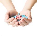 Mani che danno le capsule da dolore Fotografia Stock Libera da Diritti