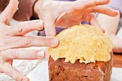 Mani che decorano il primo piano del dolce di natale Immagini Stock Libere da Diritti
