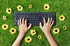 Mani che digitano su una tastiera Fotografia Stock Libera da Diritti