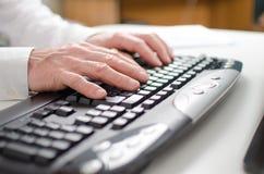 Mani che digitano su una tastiera Fotografia Stock
