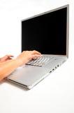 Mani che digitano sul computer portatile Fotografia Stock Libera da Diritti