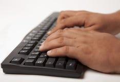 Mani che digitano sulla tastiera fotografie stock