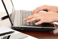 Mani che digitano sulla tastiera del computer portatile Fotografie Stock