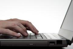 Mani che digitano sulla tastiera del computer portatile Fotografia Stock Libera da Diritti