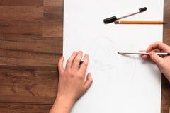 Mani che disegnano con la matita fotografia stock