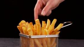 Mani che dividono le patate fritte deliziose - scorrevole della macchina fotografica video d archivio