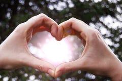 Mani che fanno cuore Fotografie Stock Libere da Diritti