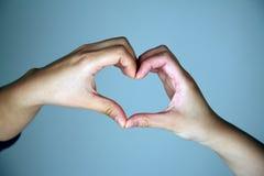 Mani che fanno figura del cuore fotografie stock libere da diritti