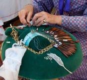 Mani che fanno il merletto di bobina Fotografia Stock Libera da Diritti