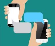 Mani che forano smartphone con il fumetto in bianco per testo Fotografia Stock