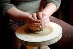 Mani che formano il vaso di argilla Fotografie Stock