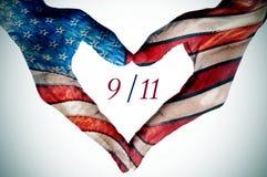 Mani che formano un cuore modellato come la bandiera degli Stati Uniti Immagini Stock