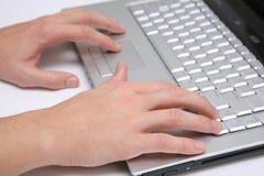 Mani che funzionano la tastiera digitante del computer portatile Immagine Stock Libera da Diritti