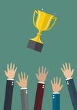 Mani che gettano una tazza del trofeo nell'aria Fotografia Stock Libera da Diritti