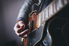 Mani che giocano chitarra elettrica Immagini Stock