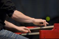Mani che giocano il piano Fotografie Stock