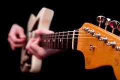 Mani che giocano musica della stringa della chitarra Fotografia Stock Libera da Diritti
