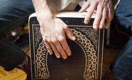 Mani che giocano percussione con una scatola di flamenco immagini stock
