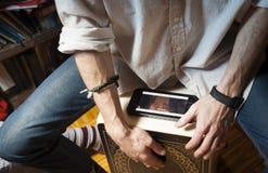 Mani che giocano percussione con una scatola di flamenco e uno smartphone fotografie stock