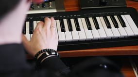 Mani che giocano sulla tastiera del Midi del piano nello studio di musica Processo componente di musica Compositore di colpo di s archivi video