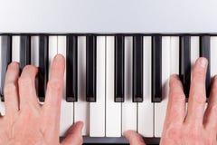 Mani che giocano una tastiera fotografia stock libera da diritti