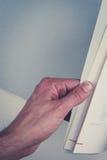 Mani che girano le pagine in libro vuoto con le pagine in bianco Fotografia Stock