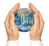 Mani che giudicano il pianeta Terra isolato su un fondo bianco Fotografie Stock