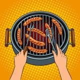 Mani che grigliano le salsiccie sul vettore di Pop art del barbecue Immagini Stock