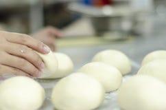 Mani che impastano la pasta di pane Fotografia Stock