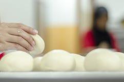 Mani che impastano la pasta di pane Fotografie Stock Libere da Diritti