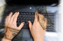 Mani che lavorano al calcolatore con soldi intorno Fotografia Stock