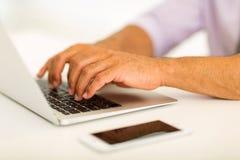 Mani che lavorano al computer portatile Fotografia Stock Libera da Diritti