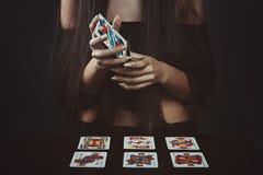 Mani che mescolano le carte di tarocchi Fotografia Stock
