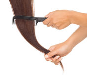 Mani che pettinano i suoi capelli Immagini Stock Libere da Diritti