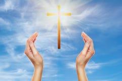 Mani che pregano con una traversa di legno Immagine Stock Libera da Diritti