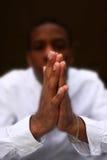 Mani che pregano, sfuocatura intenzionale fotografia stock