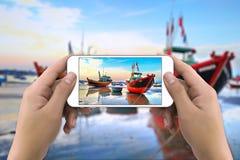 Mani che prendono foto dallo smartphone fotografia stock libera da diritti