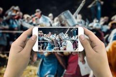 Mani che prendono foto dallo smartphone immagine stock libera da diritti