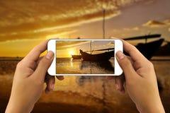 Mani che prendono foto dallo smartphone fotografie stock