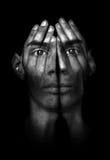 Mani che provano a coprire gli occhi Fotografia Stock Libera da Diritti